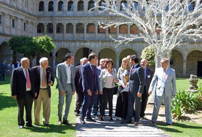 Alberto Núñez Feijóo y Antonio Rodríguez Miranda con los miembros de la Comisión Delegada del Consello de Comunidades Galegas en el parador de Santo Estevo de Ribas de Sil.