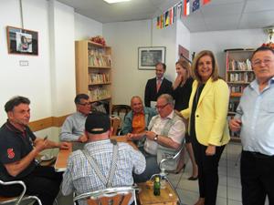 La ministra Fátima Báñez saludando a un grupo de usuarios del Hogar Español.