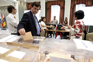 Imagen de archivo del recuento del voto del exterior en Canarias.