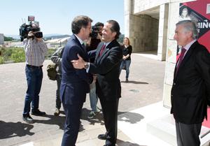 Núñez Feijóo saluda a Juan Carlos Escotet, vicepresidente de Abanca, antes de la reunión del Consello Empresarial de América Latina.