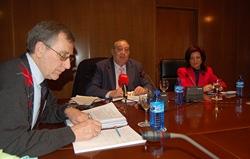 El presidente del CGCEE, Francisco Ruiz, el presidente de la Comisión, Rafael Castillo y la directora general de la Ciudadanía Española en el Exterior, Pilar Pin.
