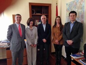 Miras Portugal, centro, con representantes de CeDEU, a la derecha.