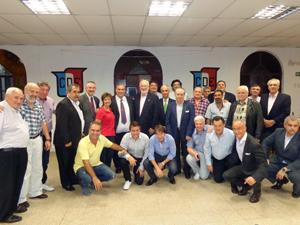 Foto de familia previa a la cena que De Grandes Pascual compartió junto a las autoridades de la institución.