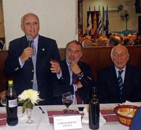 El presidente del Centro Ourensán de Montevideo, Suso Vázquez, se dirige a los asistentes.