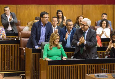 Susana Díaz recibe el aplauso de los parlamentarios andaluces tras ser investida por la Cámara andaluza como presidenta de la Junta.