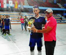 Antonio Garcés, vicepresidente de la Asociación Cubana de Fútbol, entregando la Copa al capitán del 'Industriales'.