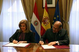 Los ministros de Empleo de España, Fátima Báñez, y Paraguay, Guillermo Sosa, en la firma del documento.
