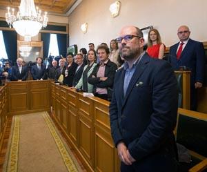 El nuevo alcalde de Santiago, Martiño Noriega (en primer término), durante el pleno de investidura.