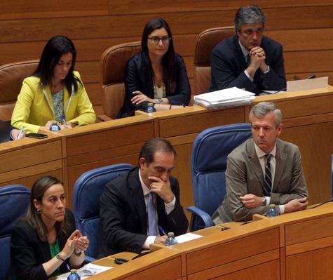 El conselleiro de Facenda, Valeriano Martínez (centro en primera fila), toma notas durante la sesión plenaria del Parlamento.