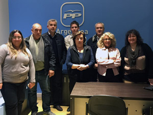 Susana Clérici (segunda por la derecha), durante su visita a la sede del PP en Buenos Aires.