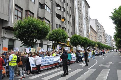 Imagen de la concentración de los emigrantes retornados ante el Parlamento gallego.