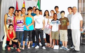 Manuel Vallejo, derecha, con algunos de los jóvenes participantes.