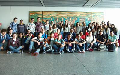 Rodríguez Miranda con los jóvenes en el aeropuerto de Lavacolla.
