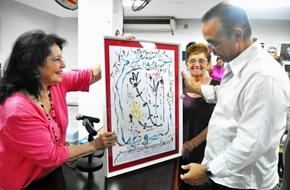 Aitana Alberti y Miriam Castro entregaron el Premio a Antonio Guerrero.