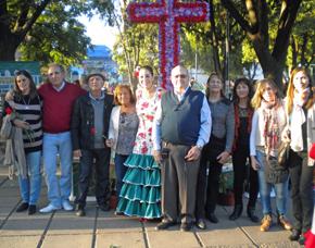 Miembros de la entidad junto a la Cruz.