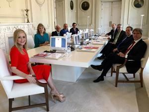 A la izquierda, la presidenta de la Comunidad de Madrid, Cristina Cifuentes (PP), en la primera reunión de su Gobierno.