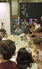 Varios niños participan en el taller de construcción de personajes del Quijote, en la sede central del Instituto Cervantes.