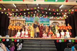 El grupo de baile, autoridades y la imagen de la Virgen del Rocío.