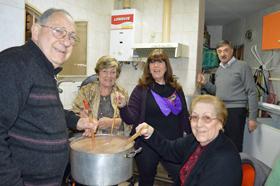 Los socios de 'El Turia' durante la preparación del riquísimo chocolate.