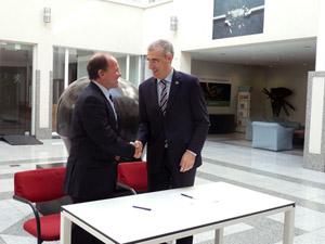 El conselleiro de Economía e Industria, Francisco Conde, saluda al ministro de Trabajo, Economía, Innovación y Deportes del Gobierno de Flandes, Philippe Muyters, con quien firmó la adhesión de Galicia a la alianza Vanguard Initiative.