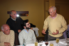 Antonio Reus, emocionado, elogió el trabajo del cónsul Adrián Romero, sentado a su derecha.