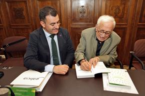 El conselleiro Román Rodríguez y Xosé Neira Vilas en la presentación del libro.