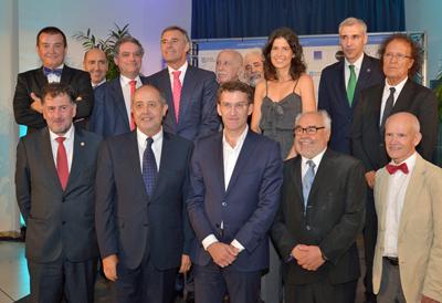 Núñez Feijóo y a su izquierda Julio Fernández, rodeados por los premiados y otras autoridades.
