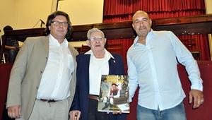 Los autores del libro con el gaitero Pichel, en el centro.