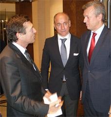 De derecha a izquierda, Alfonso Rueda y Santiago Camba en una imagen de archivo conversando con el presidente del Centro Galicia de Buenos Aires, José María Vila Alén.