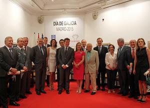 Núñez Feijóo y Ana Pastor rodeados por los premiados.