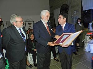De Grandes Pascual recibe un recuerdo de su visita por parte del presidente de la Agrupación Mallorca de San Pedro, Juan Manuel Gomila.