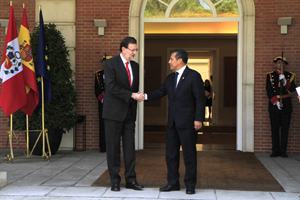 El presidente del Gobierno de España, Mariano Rajoy, saluda a su homólogo peruano, Ollanta Humala, a la entrada de La Moncloa.
