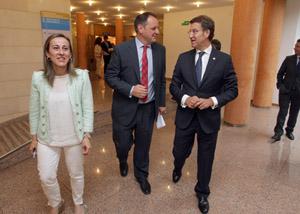 Núñez Feijóo y la conselleira de Medio Ambiente, Ethel Vázquez, firmaron un convenio de vivienda social con el director general de Caixa Rural Galega, Jesús Méndez.
