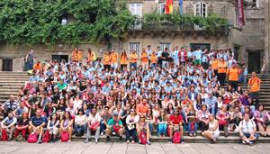 Antes de asistir a la Misa del Peregrino los jóvenes se hicieron una foto de familia en la compostelana Plaza de la Quintana.