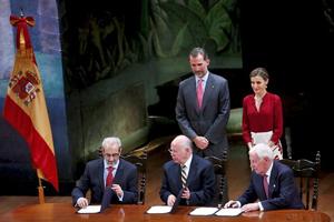 El rector y de la Universidad de Salamanca, Daniel Hernández Ruipérez, el rector de la UNAM, José Narro, y el director del Instituto Cervantes, Víctor García de la Concha firmaron el acuerdo ante los Reyes.