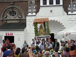 Salida de la imagen de la Virgen del Rocío de la sede del Centro Andaluz Cultural y Deportivo Peñarroya.