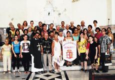 Foto de familia tras la misa en honor de San Pedro.