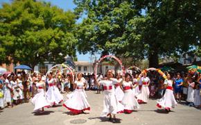 Danza de los arcos interpretada por el grupo de 'Hijos del Distrito de Sarria'.
