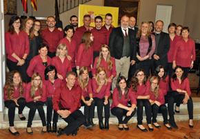 El embajador y la presidenta de la Asociación Valenciana con el Coro Divisi.