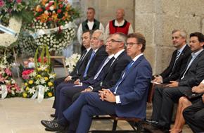 Núñez Feijóo, en primer plano, y Alejandro López Dobarro y Antonio Rodríguez Miranda, a la derecha de la imagen, durante el acto.