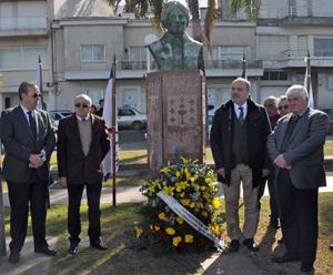 El embajador Roberto Varela, segundo por la derecha, y el presidente de la Federación, Román Nogueira, segundo por la izquierda, colocan ofrenda floral.