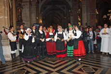 Grupo del Lar Gallego en la misa en honor al Apóstol Santiago.