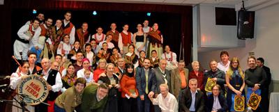 Foto de familia de directivos, invitados e integrantes de los conjuntos artísticos.