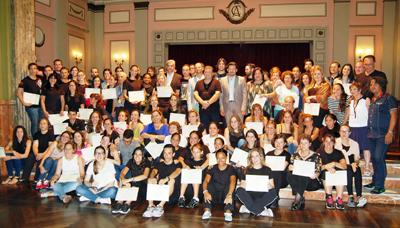 Rodrígue Miranda, en el centro con traje beige, con los alumnos de 'Escolas Abertas'.