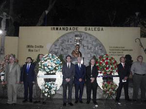 Las autoridades diplomáticas y directivas de la HGV, junto al secretario xeral de la Xunta de Galicia rinden honores a Venezuela y España.