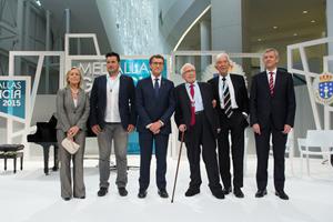 El presidente de la Xunta, Alberto Núñez Feijóo, y el vicepresidente, Alfonso Rueda (d), posan con Ana Campos, David Cal, Xosé Neira Vilas y Manuel Sánchez Salorio, que recibieron la Medalla de Galicia.