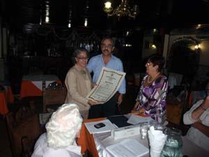 María José sonríe cuando Félix Barbero nos entrega el reconocimiento a España Exterior.