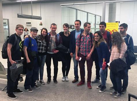 Llegada de parte del grupo de participantes al aeropuerto de Lavacolla, donde fueron recibidos por el subdirector xeral da Emigración e das Comunidades Galegas, Ramón Brigos, y el jefe de servicio de Programas Socio-Asistenciais, Antonio Casas (en el centro de la imagen).