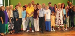 Blanca Mª Fernández con artistas y participantes en la fiesta.