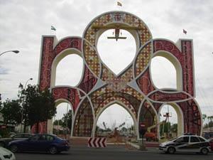 La Portada de la Feria recuerda el primer vuelo sobre Sevilla.